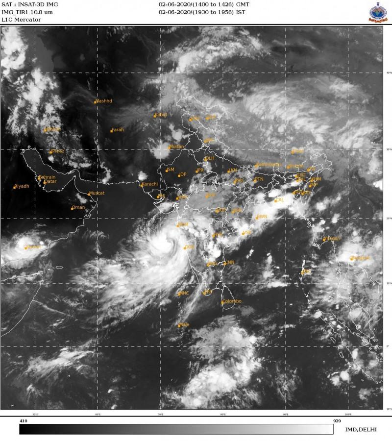 熱帶氣旋尼薩爾加正靠近馬哈拉什特拉邦和古加拉特邦的海岸線。(圖取自印度氣象局)
