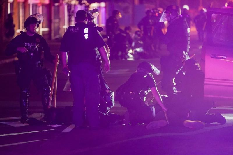 肯塔基州路易維爾昨發生警察及國民兵和示威群眾交火事件,一名非裔男子中彈死亡。(路透)