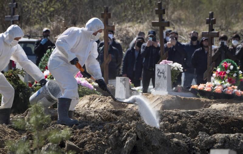 武漢肺炎疫情肆虐,過去一天全球單日新增逾10.2萬例。(美聯社)
