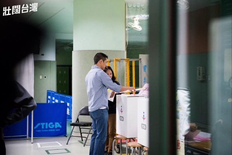 針對本週六的罷韓投票,吳怡農昨晚在臉書發文指出,本週六高雄市民都有權決定韓國瑜是否適合繼續擔任市長,他鼓勵無論是支持高雄市長韓國瑜或是支持罷免的人,都需要出來投票。(圖擷自臉書)