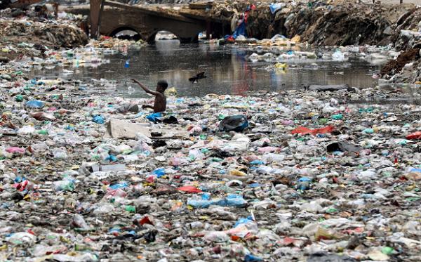 人類製造垃圾之海荼毒地球,導致第6次物種大滅絕提早到來。(歐新社)