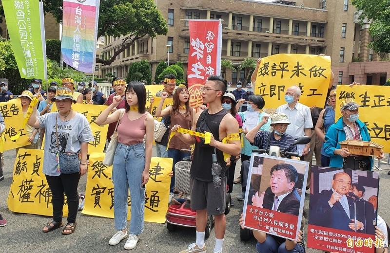 包括國際愛地芽協會台灣分會等多個團體在行政院前召開記者會,帶著一份「2020樂生人權考卷」呼籲行政院長蘇貞昌記得2007年的承諾,通盤檢討樂生園區整體發展規劃。(記者張嘉明攝)