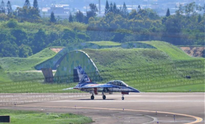 「勇鷹」高教機完行滾行測試,平穩在跑道上滑行。(圖由陳姓航迷提供)