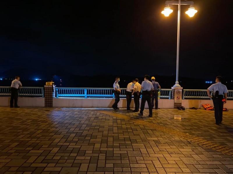 近日一對父子在香港海怡半島海邊釣魚時,釣到一半察覺釣竿出現「異常重量感」,奮力拉起後才驚覺釣到一具白衣女屍。(圖擷取自林浩波臉書)