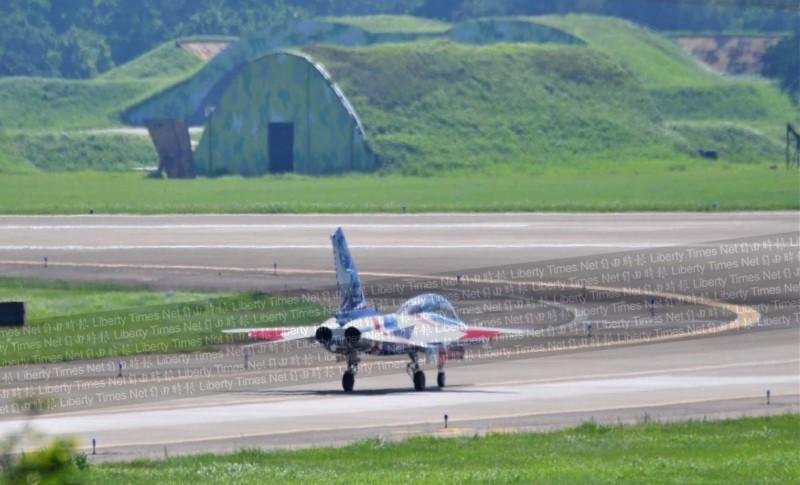 「勇鷹」高教機緩緩準備滑入跑道。(圖由陳姓航迷提供)