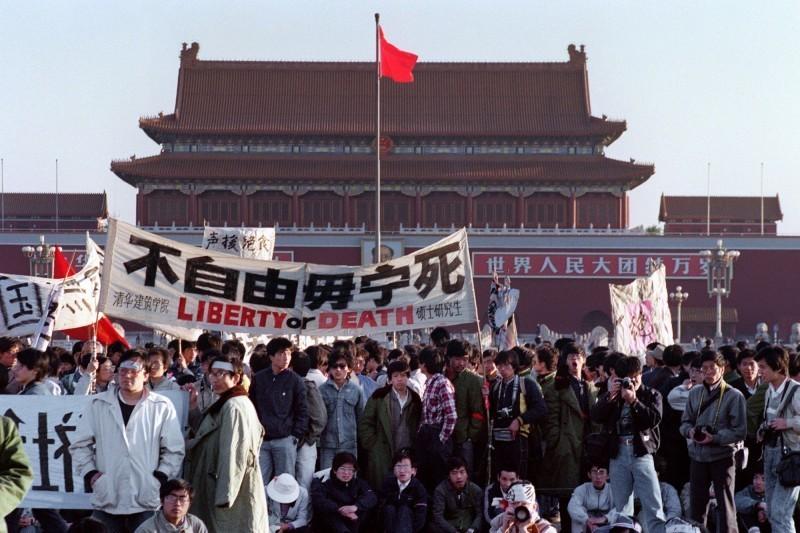 中國六四天安門事件今年將逢31週年。圖為1989年,學生們和市民、工廠工人聚集在北京天安門廣場,孰料中共卻對手無寸鐵的人民展開大屠殺。(法新社資料照)