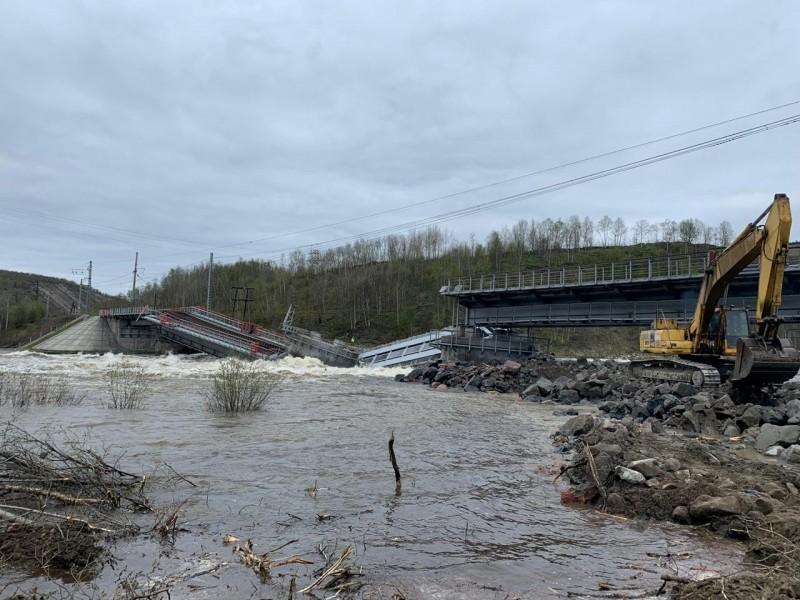橫跨科拉河的橋梁疑似遭強勁水流沖刷地基而倒塌。由於該橋梁上是該市唯一的對外鐵路,這也讓摩爾曼斯克被迫中斷與外界的鐵路運輸路線。(路透)
