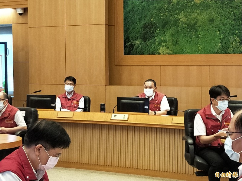 新北市長侯友宜今天宣布,6月8日起酒家、舞廳可以有條件開放。(記者賴筱桐攝)