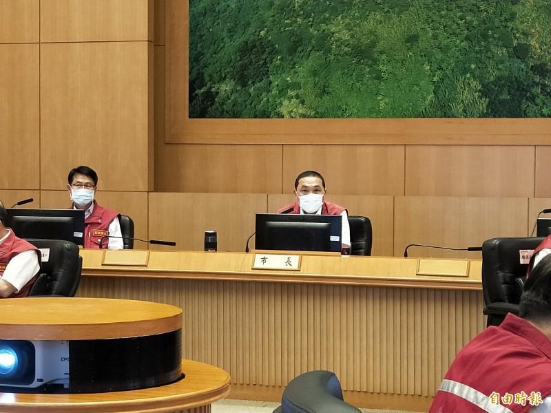 新北市長侯友宜今天表示,即日起開放舉辦老人共餐,長照機構開放兒童探視。(記者賴筱桐攝)