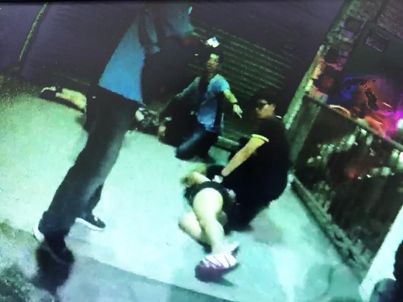 陳嫌(左)、楊嫌(右)駕車逃逸1公里後,自撞民宅遭警方壓制。(記者何宗翰翻攝)