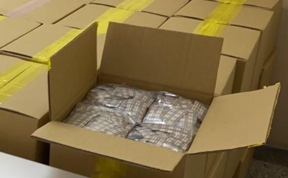嘉義縣、市警方在嘉義市查獲大量毒品咖啡包。(記者林宜樟翻攝)