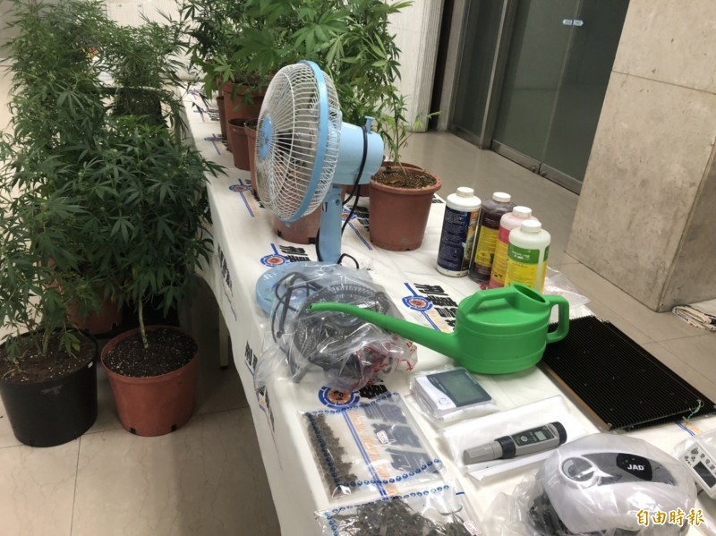 警方起獲大麻活株81株、乾燥大麻40公克與各式製造大麻工具等贓證物。(記者邱俊福攝)
