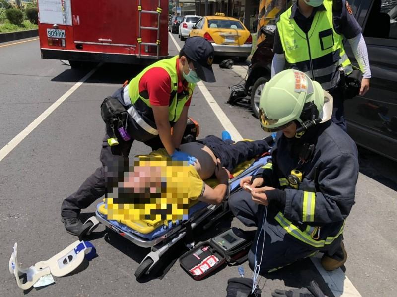 消防人員搶救葉姓駕駛。(記者林敬倫翻攝)