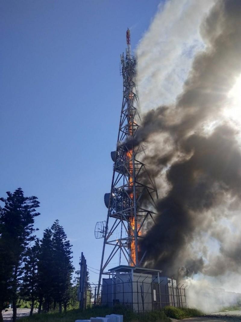 西嶼外垵中華電信基地台今天下午發生大火,竄出濃濃黑煙。(澎湖縣政府消防局提供)