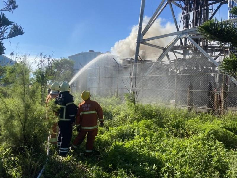 消防人員在基地台下方部署水線,防止火勢延燒。(澎湖縣政府消防局提供)