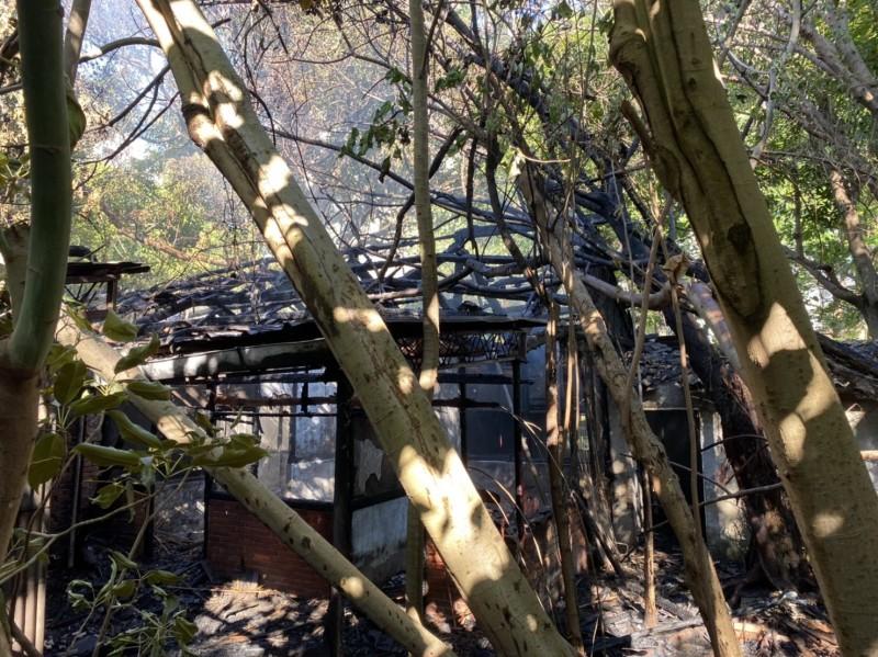 歷史建築「台中刑務所官舍群」北區Q棟建築今天下午失火,燒到剩骨架。(台中市文化局提供)