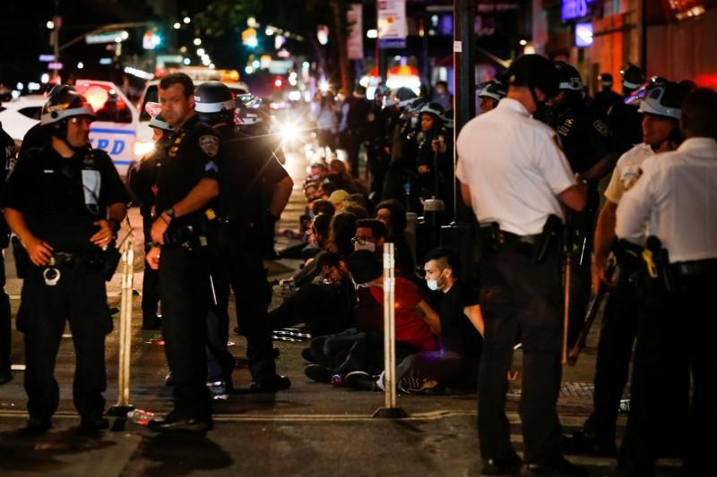 美國非裔男子佛洛伊德(George Floyd)之死引爆全美反歧視示威浪潮,紐約市曼哈頓當地警方光在週一(1日)入夜至週二(2日)上午之間就逮捕逾700人。(路透)