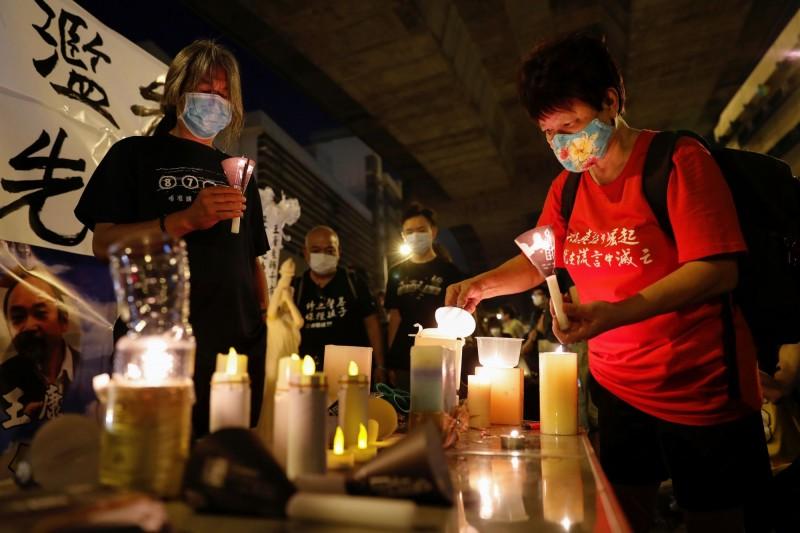 在香港返送中期間有大批示威者遭逮捕,至今仍有部分人被收押在香港荔枝角收押所;今晚有香港網友號召民眾到收押所門口和平示威,點燭紀念六四事件的受難者並藉此聲援被收押的「香港手足」。(路透)