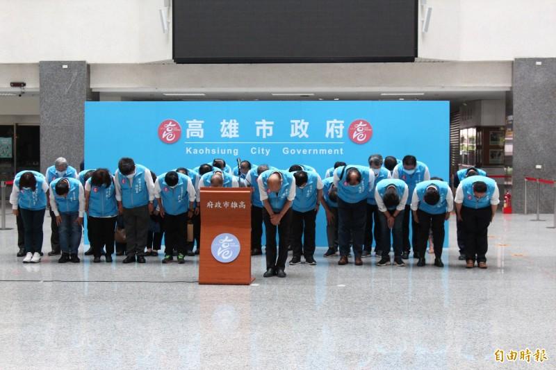 韓國瑜率領副市長李四川、葉匡時及局處首長,在高市府四維中心中庭一字排開鞠躬。(記者李惠洲攝)