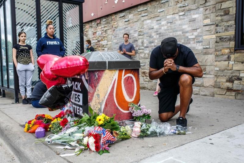 事發後也有民眾獻花對佛洛伊德表示哀悼。(法新社)