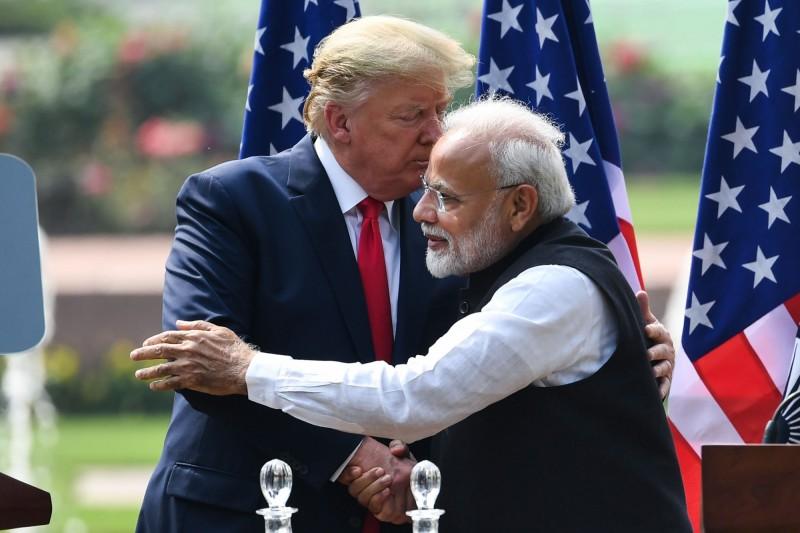 印度外交部證實,美國總統川普(圖左)在與印度總理莫迪(圖右)的通話中,邀请印度参加下一屆G7峰會。(法新社)