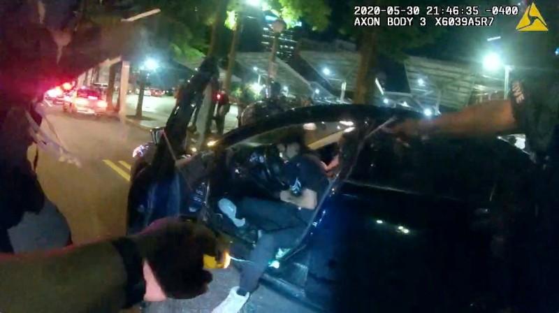 警察將兩名大學生強行拖下車,過程中不僅擊破車窗,還發射電擊槍、刺破輪胎。(路透)