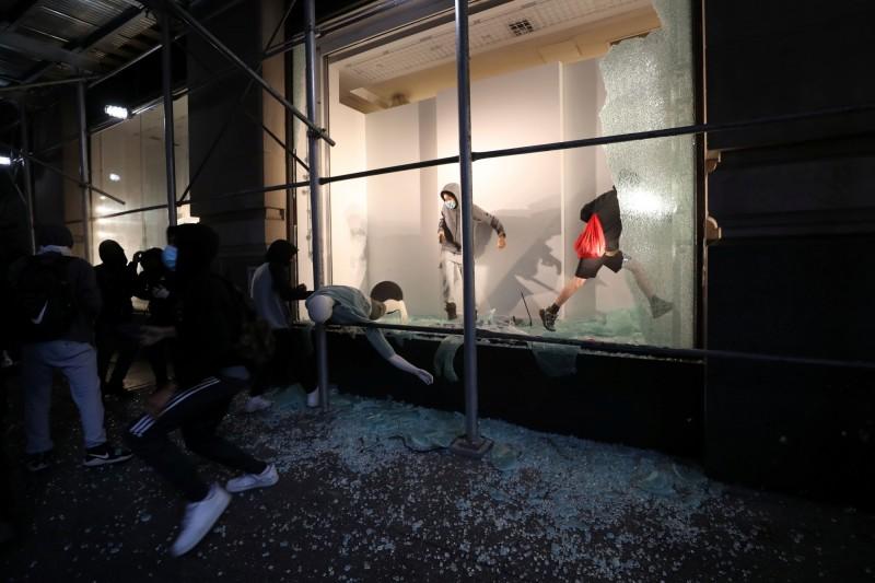 為防範事件擴大,紐約市長白思豪週二(2日)於每日簡報中宣佈,紐約市晚間8點至清晨5點為宵禁狀態,維持至下週日(7日),「以維持紐約市今晚及整週的和平與秩序」。(路透)