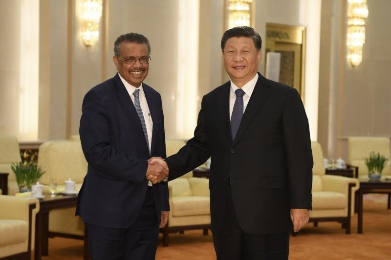 世界衛生組織(WHO)秘書長譚德塞(左)今年1月與中國國家主席習近平(右)在北京會面。(美聯社資料照)