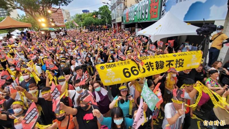 高雄市長罷免案高票過關,群眾歡欣鼓舞。(記者張忠義攝)