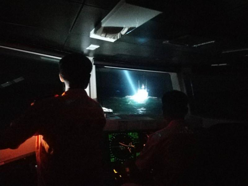 台中海巡隊派遣PP10060艇將中國籍漁船驅離出境。(記者張軒哲翻攝)