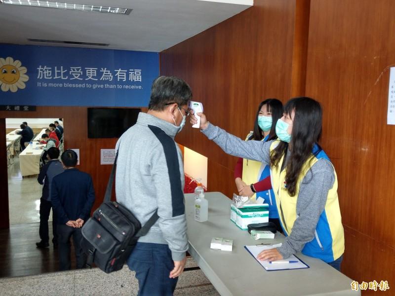 疫情趨緩,台東縣政府今宣布7日起進出各機關、學校解除體溫監測。(記者陳賢義攝)