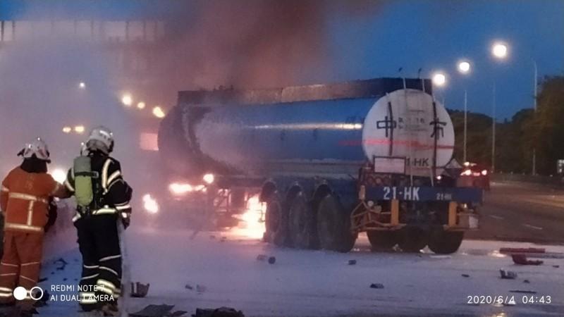 槽罐車遭撞彈向內側護欄,油箱起火燃燒。(記者許倬勛翻攝)