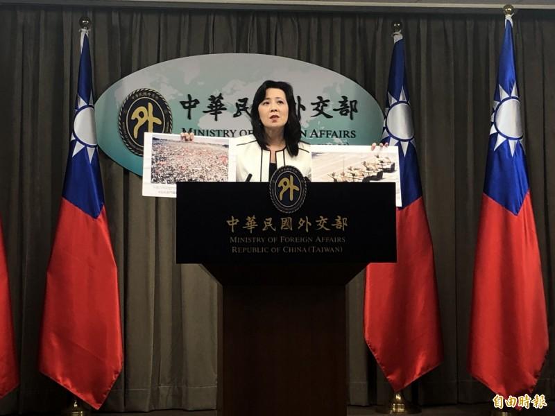 外交部發言人歐江安今在例會上出示多張天安門事件的歷史照片,強調這一天不應該被遺忘。(記者呂伊萱攝)