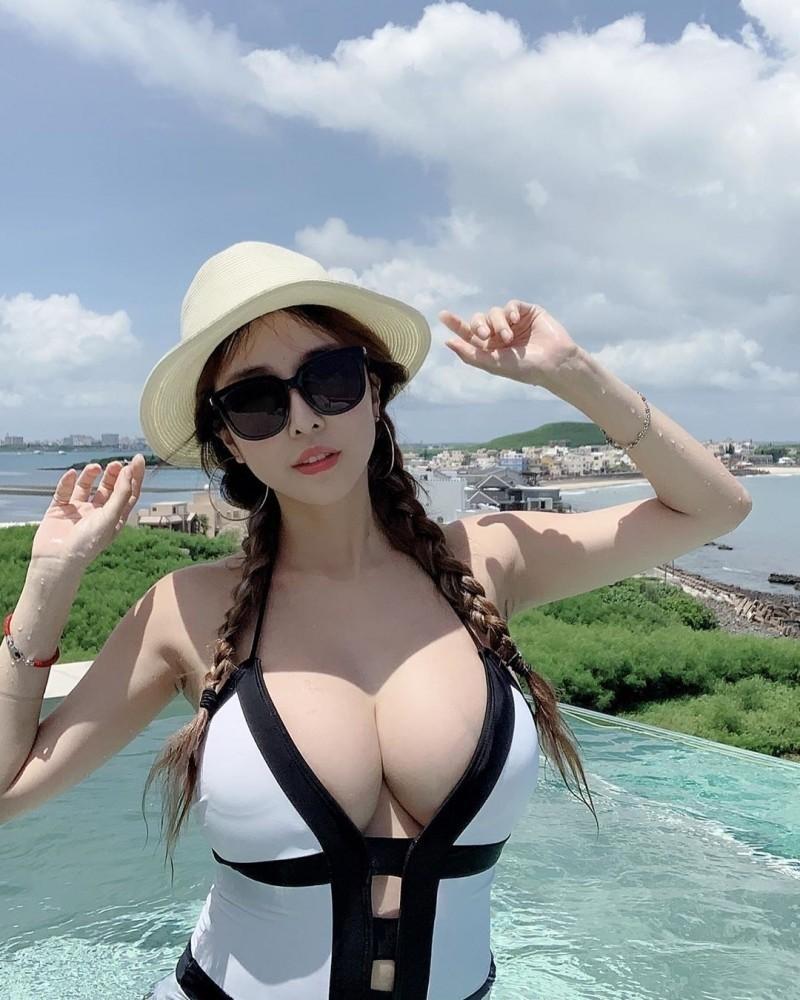 雪碧曾在IG發勸世文,並搭配火辣泳裝照。(翻攝自IG)