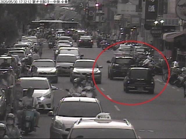 市區車流量大,警車開道引導男童就醫。(記者何宗翰翻攝)