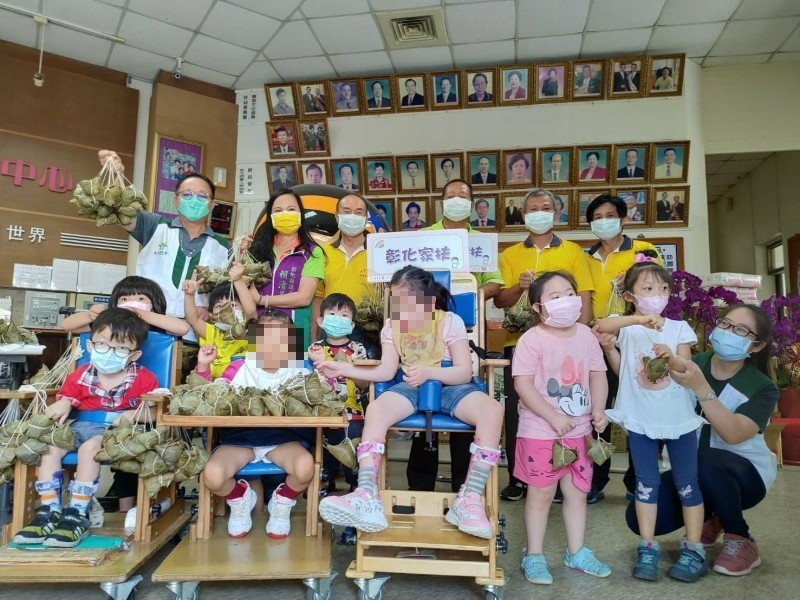 彰化伸港福德宮已連續13年捐出9000顆愛心粽給家扶兒。(記者劉曉欣攝)