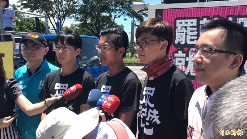 罷韓人士呼籲支持者,守護高雄民主自由「只需要一張選票勇氣」。(記者洪臣宏攝)