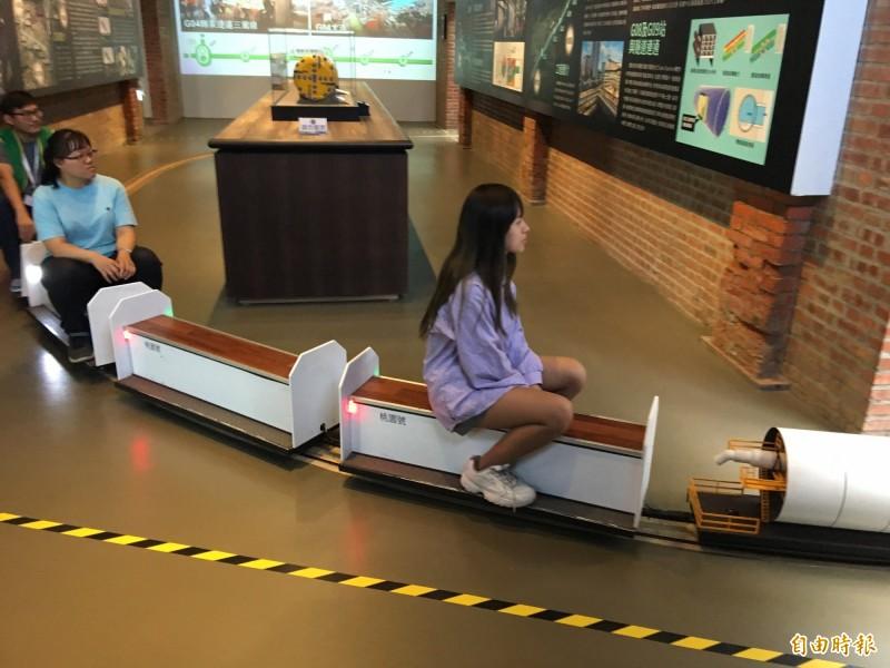 桃園軌道願景館小火車,可以繞場一周,最受親子歡迎。(記者謝武雄攝)