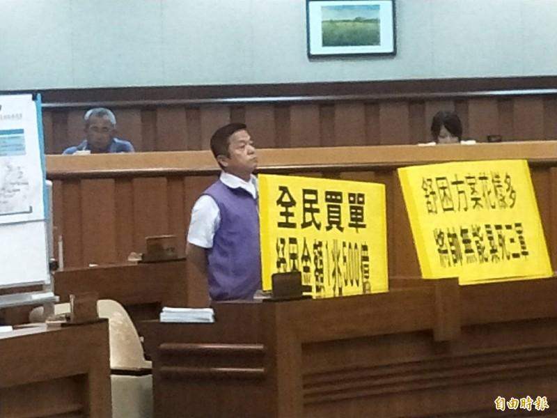 基隆市議員張耿輝說,「振興三倍券」不需要搞這麼多花招,他要市長林右昌向中央反映。(記者林欣漢攝)