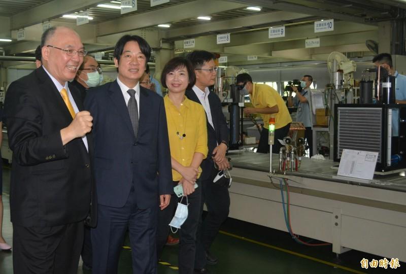 副總統賴清德(左2)今天參訪哈伯精密公司表達感謝,董事長許文憲(左1)、立委何欣純(右2)、張廖萬堅(右1)陪同參觀冷卻機生產線。 (記者陳建志攝)