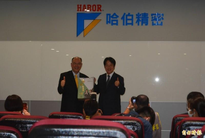 賴清德副總統(右)感謝號召組口罩國家隊的許文憲理事長(左),送上總統、副總統就職紀念酒。(記者陳建志攝)
