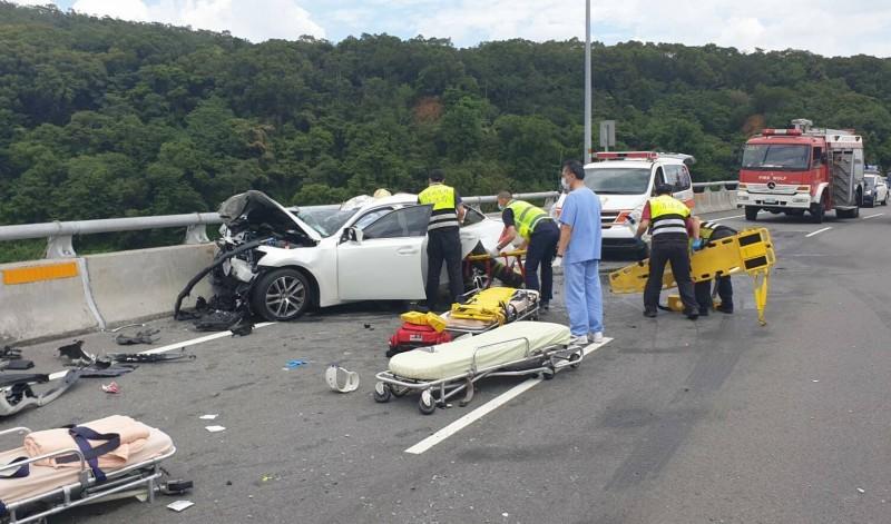苗栗縣三義鄉新義里大橋北上高架橋路段車禍,轎車內5名男子受傷送醫,其中2人被救出時失去生命跡象,送醫不治。(圖由讀者提供)