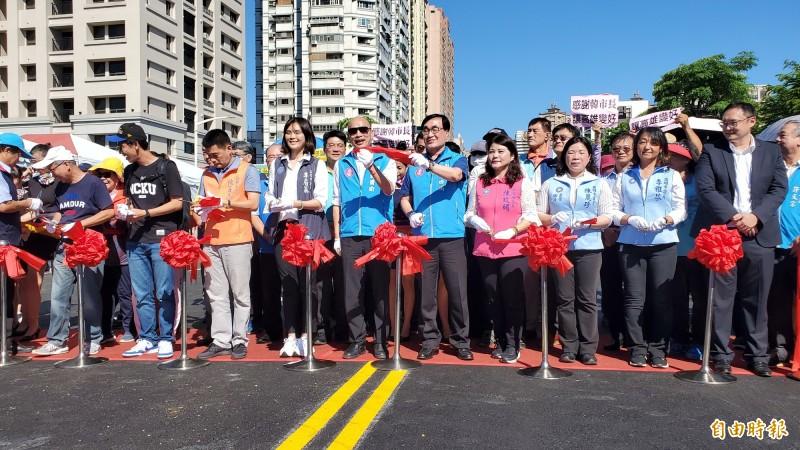 新莊一路與勝利路今通車,市長韓國瑜與副市長李四川一同剪綵。(記者陳文嬋攝)