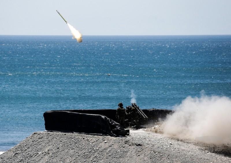 海軍陸戰隊官兵進行雙聯裝刺針飛彈射擊。(翻攝自軍聞社)
