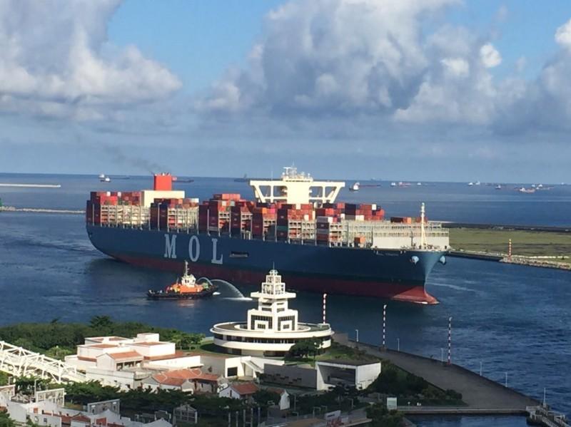 2萬TEU級的巴拿馬籍「真理輪」首航高雄港。(圖由台灣港務公司提供)