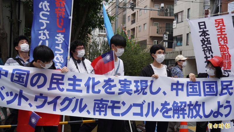 示威隊伍中出現中國留日學生舉著中華民國國旗。(記者林翠儀攝)