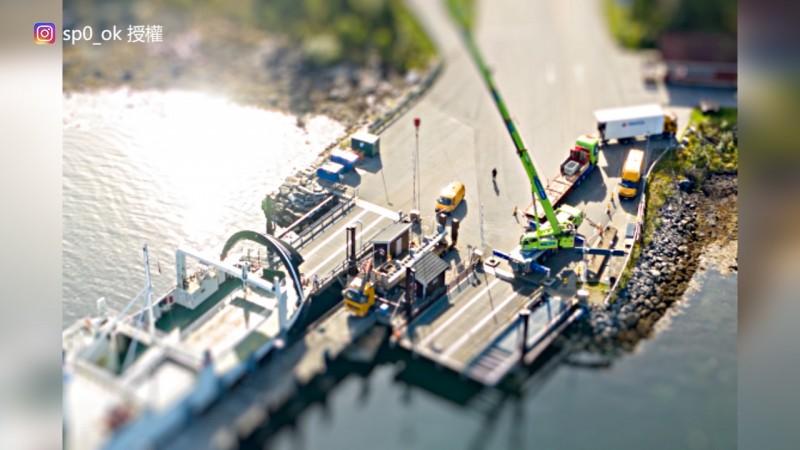 乍看之下像是玩具船和許多玩具車的碼頭。(Instagram sp0_ok 授權)