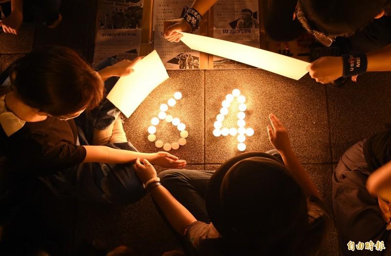 入籍台灣、在台南經營餐廳的香港人鍾慧沁發起今晚在台北自由廣場牌樓下舉辦遍地燭光悼六四活動,參加的台、港學生與民眾點起燭火,悼念64事件31年。(記者廖振輝攝)