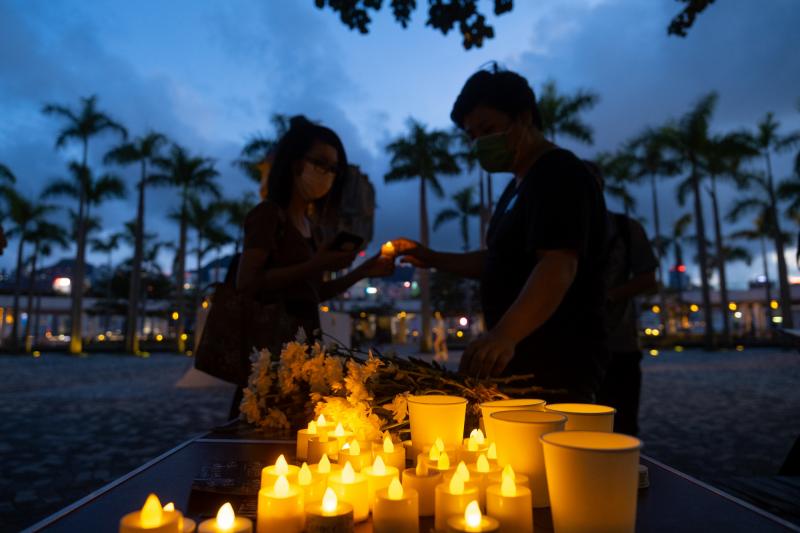 支聯會呼籲香港市民在各區遍地開花,將會派人分送白色蠟燭。圖為尖沙咀海濱公園。(彭博)