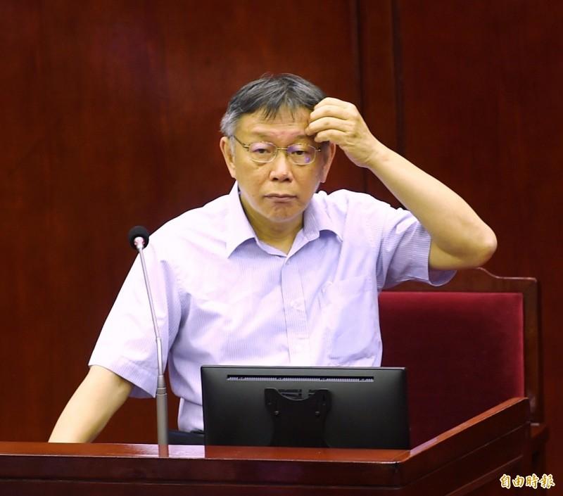 各縣市政府紛紛推出搭配振興三倍券的優惠方案,柯文哲(見圖)在議會被問到台北市目前的規劃,回答「有在想」。(記者方賓照攝)